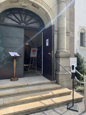 Einlasskontrollstelle vor der Kirchentür