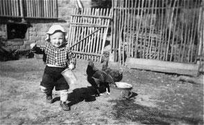 1959 - Ich bei den Hühnern bei meinen Großeltern