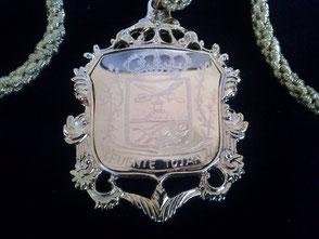 Anverso de la medalla con el escudo de Fuente-Tójar