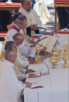 Monseigneur Legrez, Archevêque d'Albi, était dans la procession précédant le pape sur le parvis de la basilique. Il eut le privilège de concélébrer à l'autel avec le Saint Père. © Osservatore Romano