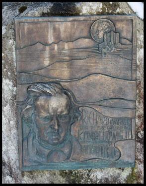 Diese vom König-Ludwig-Club angebrachte Tafel mit dem Abbild Richard Wagners markiert den Ausgangspunkt einer sehr schönen Tour.