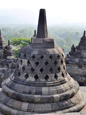 Machtige Borobudur tempel op midden Java dichtbij Yogyakarta