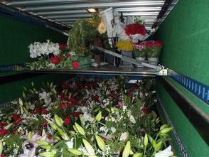 3.5 t トラック 積込み例:荷台に特設棚を作り、スペースを2段にしました。重ねられない商品をスペース有効利用して対応します。