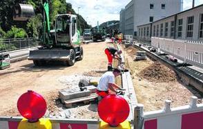 Die Baugrube an der Zweifaller Straße ist wieder verfüllt. Jetzt fehlt noch die Asphaltdecke oben drauf.