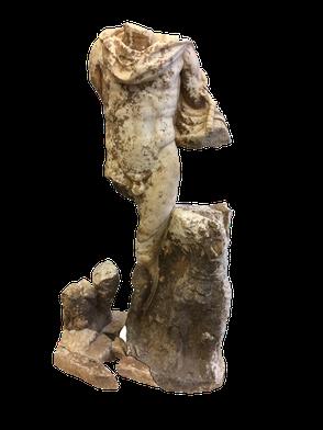 Abb. 4: Unterlebensgroße Statue des Mars, die in der gleichen Abfallgrube 2014 freigelegt wurde, in dem sich auch die Statuetten der Milchgebenden Muttergöttinnen fanden. Grafik: Bernhard Schrettle, ASIST
