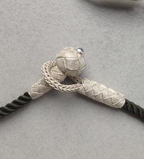 Auch die Knebel Verschlüsse sind aus (Fein-)Silber gearbeitet. i-must-have.it