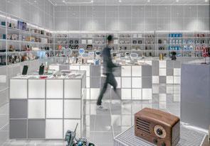 Intérieur d'un magasin aux allures futuristes