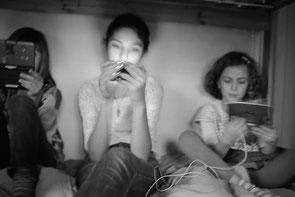 jeromedevismes. 3 filles qui jouent à des jeux vidéo assise dans leur lit