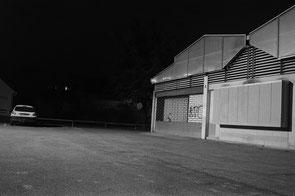 jerome devismes. un entrepôt photograpié la nuit dans la ville de Beynes