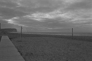 jerome devismes. un terrain de beach volley sur une plage de picardie à côté de Mers les Bains un jour d'hiver