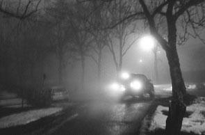 jeromedevismes. une voiture quitte rapidement une rue la nuit avec ses feux arrières éclairés