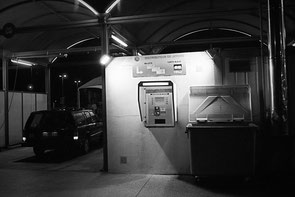 jerome devismes. une volvo 940 dans un centre de lavage auto avec un distributeur de jetons