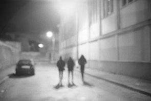 jeromedevismes. marche la nuite sur le port de Brest dans une ruelle sombre et abandonnée