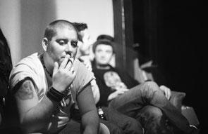 des musiciens qui fument après une répétition de musique rock