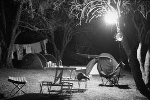 jeromedevismes. une table de camping la nuit en Corse durant l'été à Vico