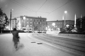 jeromedevismes. une femme marche seule la nuite dans le centre ville de Best