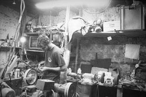 jeromedevismes. Bertrand fabrique un couteau en Corse dans son atelier