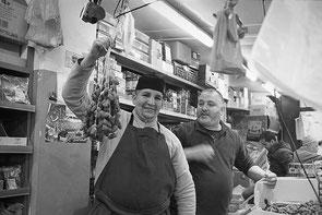 jeromedevismes. des vendeurs de dattes sur le marché de Trappes dans les Yvelines