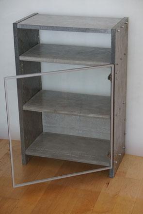 Kleiner Schrank mit Glastür aus miteinander verschraubten Betonplatten H 90 - B 60 - T 34