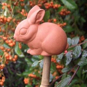 Der kleine Terracotta Bambus-Topper schützt Augen und Haut vor scharfen Bambusstabenden. www.the_golden-rabbit.de