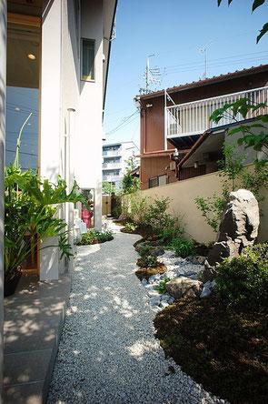「茶えずり」 つくばいへ繋がる庭の小道