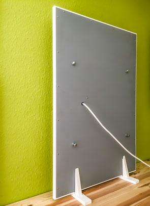 Wandtrocknung: IR-Heizung auf Holzfüßen zur Wand gerichtet