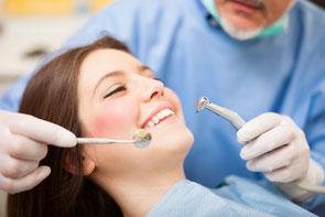 Zahnreinigung - Behandlungsschwerpunkz in der Zahnarztpraxis Berthold Pilsl in Garmisch - Partenkirchen. © Minerva Studio  fotolia.com