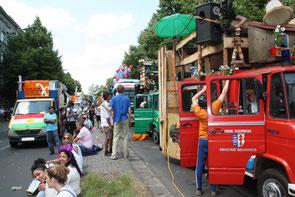 Wartende Fahrzeuge und Menschen, Aufstellplatz Karneval der Kulturen