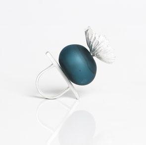 Blauer Ring mit Blume, Hohlglas mit Silber kombiniert von Marta Edocs
