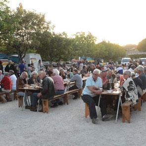 Beaucoup de monde à la fête de la St Jean à Lezay, tombola par l'UCAL.