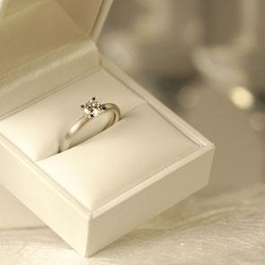 Verlobungsring in Weißgold und Platin mit Diamant