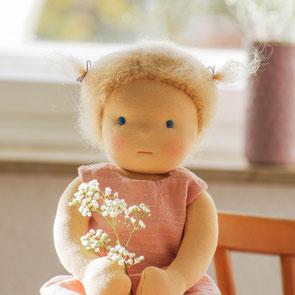 Puppe als Stoffpuppe wie Waldorfpuppe blonde Haare aus Mohair Wolle mit kleinen Zöpfen
