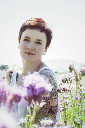 Model Karen fügt sich in diese Location ein - sie ist ein Teil der Blumenwiese!