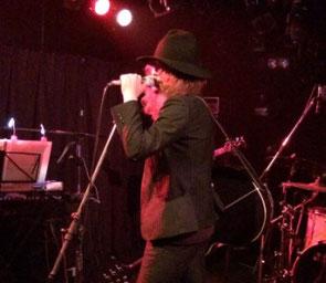 ヒゲンジツシュギ渋谷TAKE OFF7でのライブ中の宮地克也さんのMCシーン