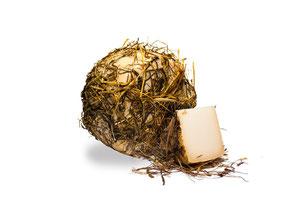 Caciotta de cabra envejecida con paja y heno BIO (65,00 €/kg) AGOTADO