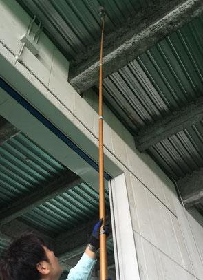 長尺にて高所の煙感知器を試験