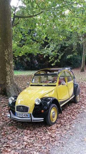 Une 2cv charleston jaune et noire de 1976