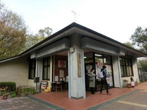 サービスセンターは、東八道路沿いの正面入口から入ってすぐのところにありました