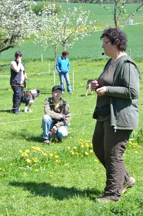 Eine Ausbildnerin von cumcane familiari bei einer Lektion mit künftigen Hundetrainerinnen