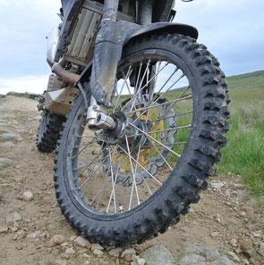 """Als ideale Bereifung würde ich mir für die GP 450 irgendetwas """"zwischen"""" dem Michelin Cross AG 10 (oben) und den serienmäßigen Dunlop Trailmax (Bild rechts) wünschen."""