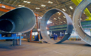Komponenten der Tripoden von Offshore-Windturbinen: Fuß- und Kopfstreben, Unter- und Mittelteile der Zentralrohre