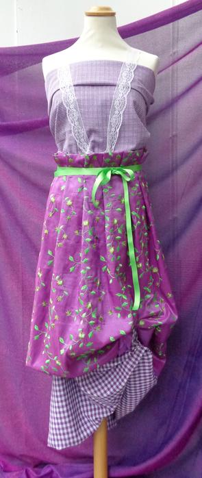 Taft bestickt in Farbe lila,  als eine Schürze drapiert