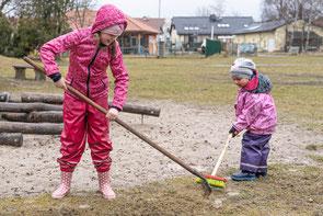 Emma und Louisa beim Frühjahrsputz