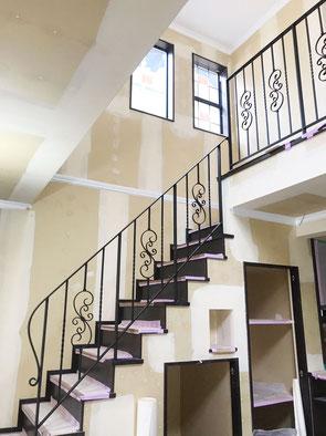 階段〜2F吹き抜け迄のスチール手摺、ロートアイアン調の唐草をふんだんに使いました!