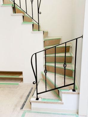 回り階段2段にもロートアイアン調の手すり!
