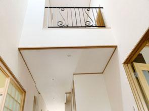 玄関から見上げる、唐草の装飾がオシャレなアイアンフェンス!