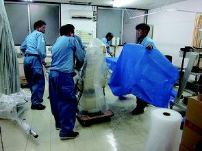 新病院への引っ越し作業に追われる業者=28日午後、八重山病院