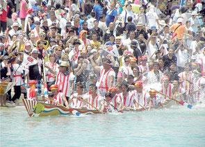 日曜日と言うこともあり、多くの観客が詰めかけ、本バーリーなど観戦した=石垣漁港