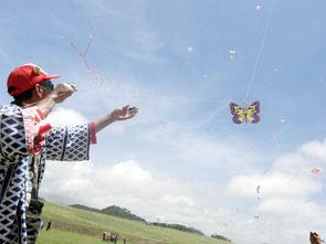 シャクシメーなど色とりどりの凧が舞い上がった=新石垣空港