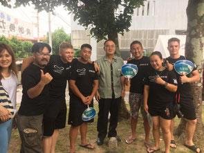 大田町長(写真右から4番目)に歓迎されたキャンプフォスター截空道クラスのメンバー=9日、久米島町